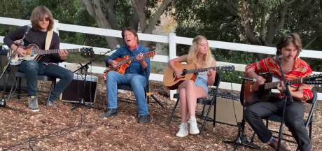 Het geslaagde familiefeestje van CCR-rocker John Fogerty is nog veel leuker op YouTube