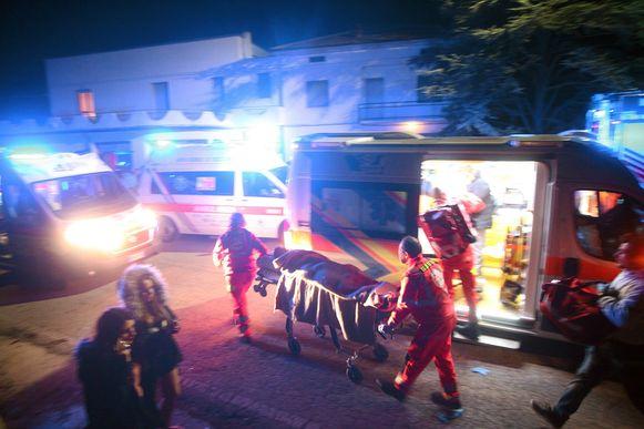 Ambulanciers bij de interventie op 8 december in Corinaldo. Vijf jongeren en een moeder kwamen in het gedrang om het leven. De paniek werd veroorzaaakt door een pepperspray-incident.