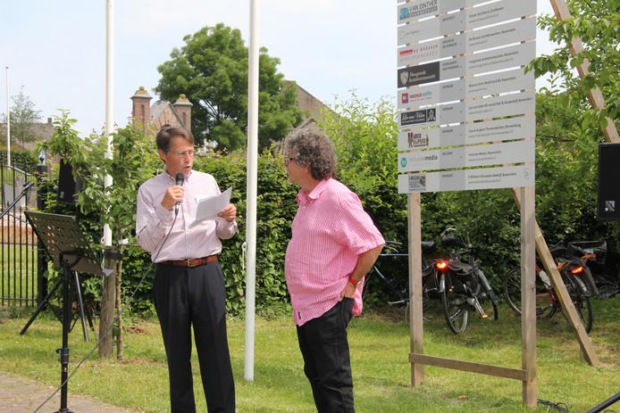 Voorzitter Heemkundekring Winfried de Luij (Links) zet kartrekker Wim Walk in het zonnetje.
