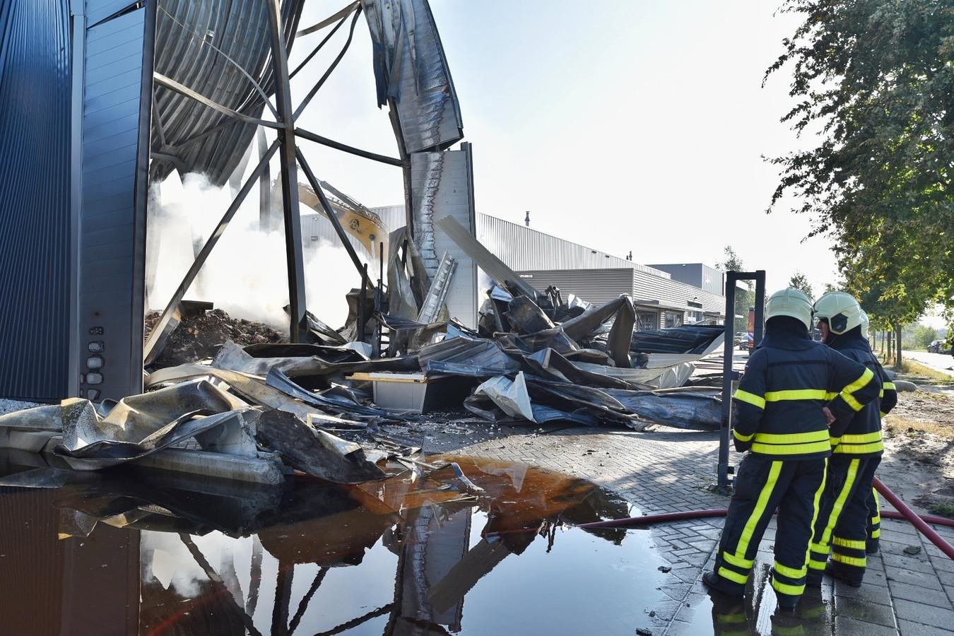De dag na de brand in Aanmaakblokjesfabriek Fire-Up is de schade goed te zien