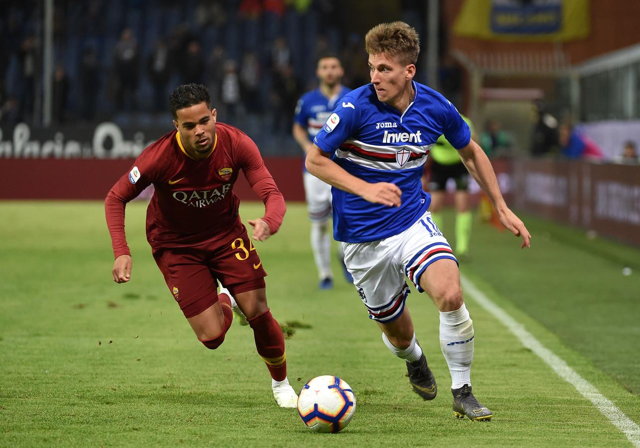 Justin Kluivert in de achtervolging op Dennis Praet van Sampdoria.