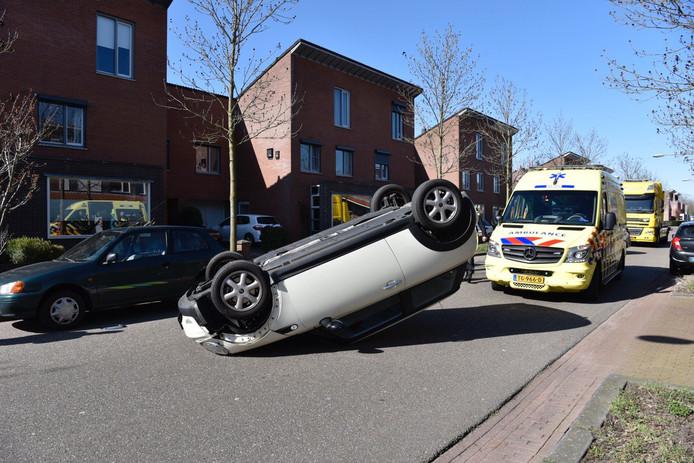 Aan de Grand Canal in Almelo is maandagmiddag een auto over de kop geslagen en midden op de weg tot stilstand gekomen.