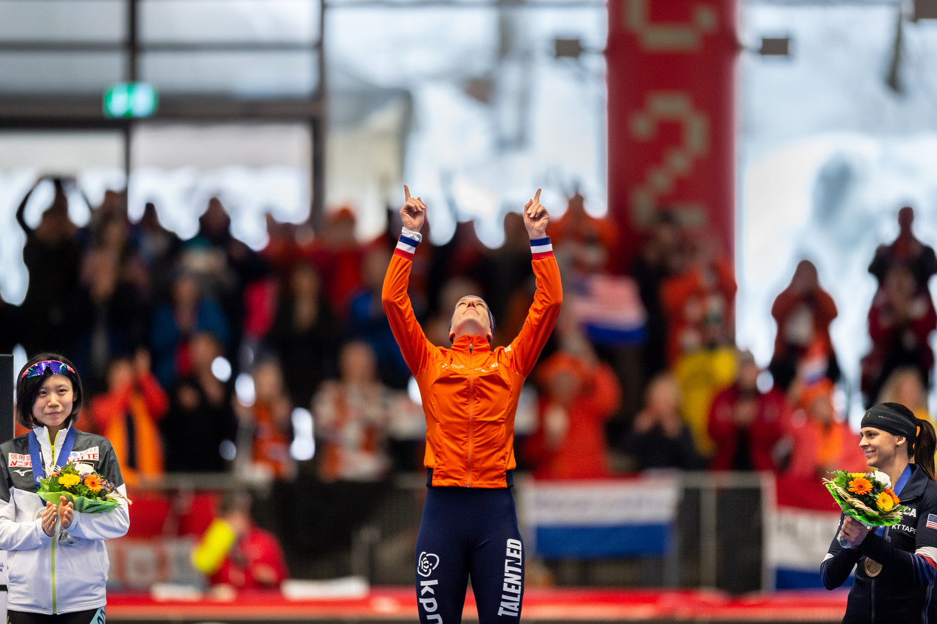 De geëmotioneerde Ireen Wüst wijst tijdens de huldiging van de 1500 meter naar de hemel, waarbij zij haar overleden vriendin Paulien van Deutekom herdenkt.