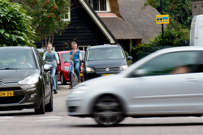 De Garderenseweg/Elspeterweg (N310) in Uddel is druk. Oversteken vanaf de Aardhuisweg of de Harderwijkerweg is een hele toer.