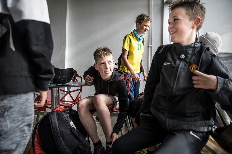 Naar de voetbal training in Vodafone höllin Hlíðarenda, Reykjavik, IJsland. Tot 16 jaar traint de meerderheid van de jongeren 4 tot 5 keer per week. Beeld Marlena Waldthausen.