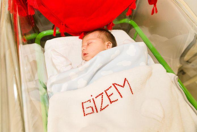 Baby Gizem onder een zelfgemaakt dekentje.