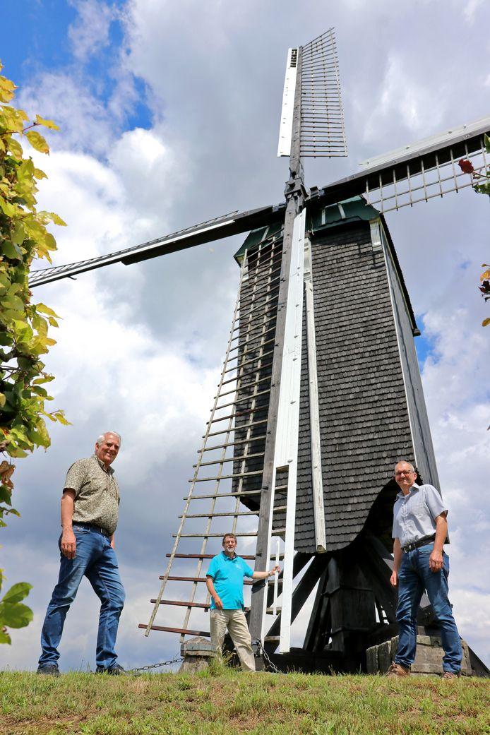 Het wiekenkruis van Wissinks Möl is ernstig aangetast door houtrot. De molen krijgt binnenkort een nieuw wiekenkruis. Van links af: Mees Wijnen, molenaar Henk Scholte in 't Hoff en Gerrit-Jan van Heek.