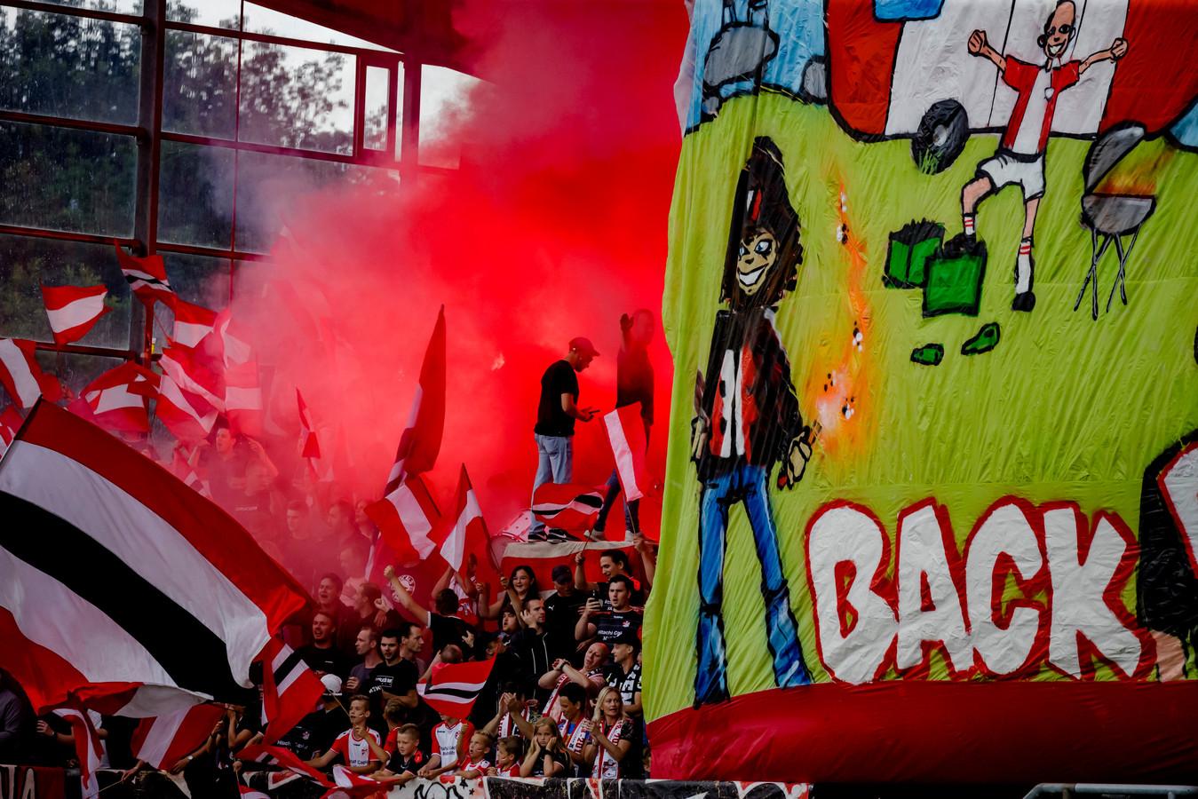 FC Emmen-supporters tijdens de wedstrijd FC Emmen - FC Groningen eerder dit jaar.