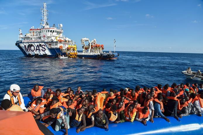 Een reddingsactie van de particuliere organisatie MOAS op de Middellandse Zee, eind 2016. Rechts kijkt de Libische Kustwacht toe.