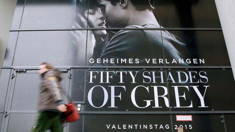 Een voetganger loopt langs een reclamebord voor de filmvertoning van Fifty Shades of Grey op het Internationale Film Festival van Berlijn in 2015. Beeld Reuters
