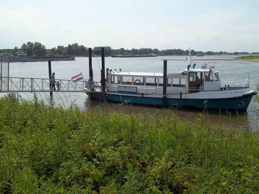 Het pontje tussen Beuningen en Slijk-Ewijk, hier gelegen aan Betuwse zijde. Het verdrong het fiets- en voetveertje Druten-Dodewaard van de eerste plaats, met dank aan de toneelvoorstellingen op de Waaloevers.