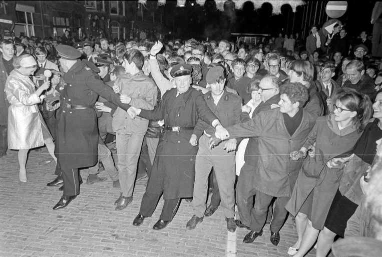 Agenten houden de menigte in bedwang na de geboorte van Willem-Alexander Beeld ANP