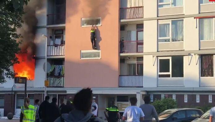 Agent Zefanja Engberts probeert uit het brandende appartement weg te komen na de explosie aan de Marshalllaan vorig jaar juni.