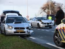 Drie Subaru's knallen op elkaar, een persoon naar ziekenhuis