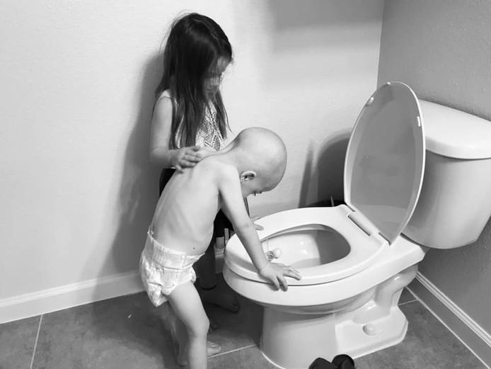 Aubrey (5) helpt haar broertje Beckett als hij ziek is door zijn chemo's.