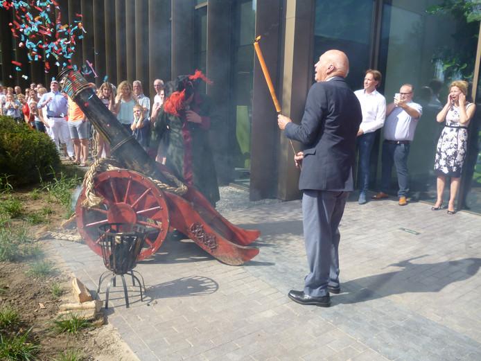 Oud-directeur Anton Kristen (88) neemt het officiële openingsschot voor zijn rekening.