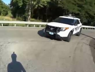 """Fietser filmt hoe afgeleide agent hem omver rijdt: """"Ik keek gewoon op mijn telefoon"""""""