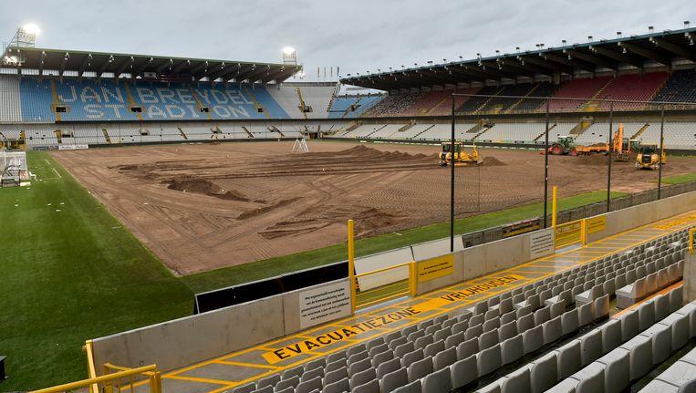 In afwachting van een compleet nieuwe voetbaltempel, wordt een nieuwe grasmat aangelegd in het Brugse Jan Breydelstadion.
