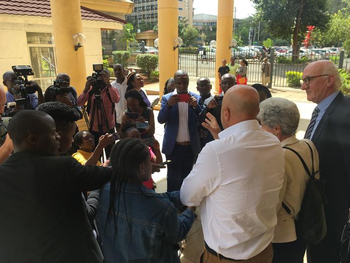 Gabrie en haar echtgenoot Roy staan na afloop de Keniaanse pers te woord.