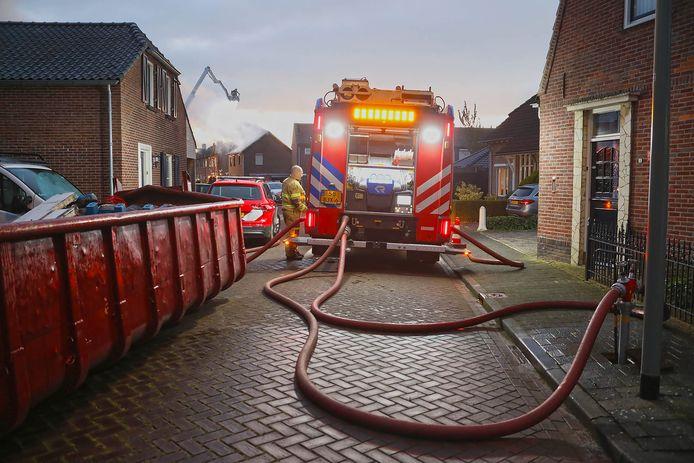 De brandweer pompt water.