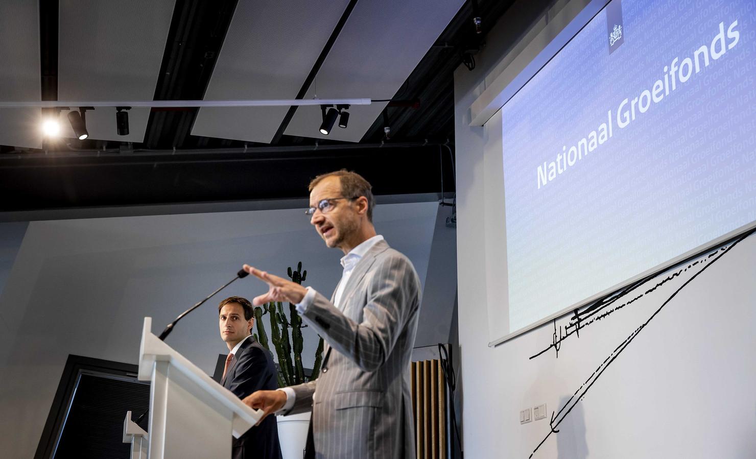 Ministers Wopke Hoekstra (Financien) en Eric Wiebes (Economische Zaken) presenteerden maandag het Nationaal Groeifonds en Oost-Nederland vraagt  om een belangrijk deel daarvan.