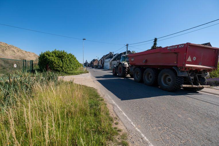 Bewoners van de Schollebeekstraat in Lier zeggen dat de leefbaarheid in hun buurt onder druk staat door rondvliegend stof en zwaar verkeer.