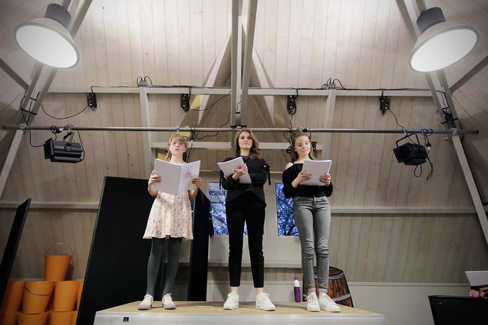 Repetitie solisten voor musical Zeur Niet met Vajen van den Bosch in het midden. Links: Holly van Zoggel en rechts: Jazz Fafié    foto: Peter van Huijkelom