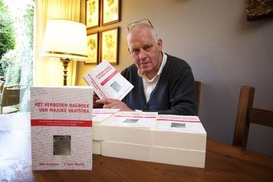 Uitgever Hans Mauritz met het omstreden boek dat vernietigd moest worden.