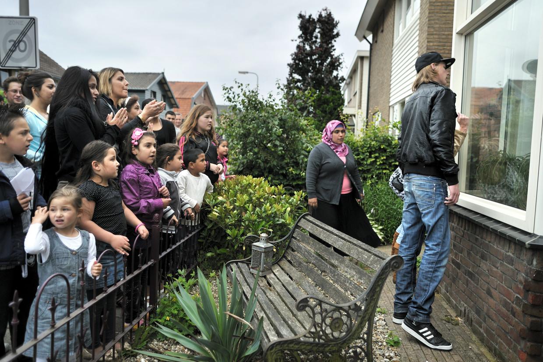 Buurtbewoners willen dat een bestuurslid van pedovereniging Martijn bij hen uit de straat verdwijnt: ze protesteren bij zijn huis  in Hengelo.