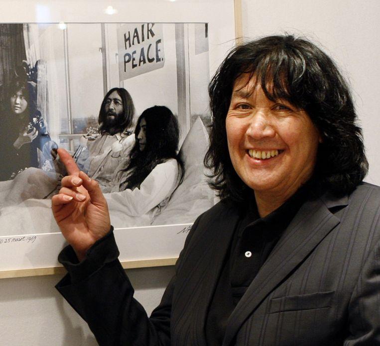 Claude Vanheye wijst naar een foto met John Lennon en Yoko Ono, waar hijzelf ook op staat. Archieffoto. Beeld ANP