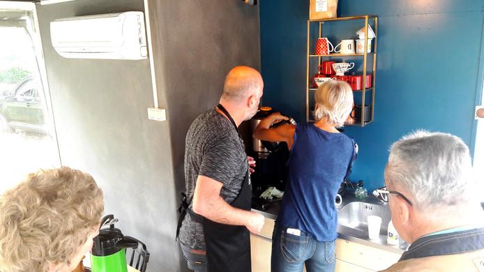 Barista Jeroen Veldkamp traint een vrijwilliger in koffiezaak De Camping