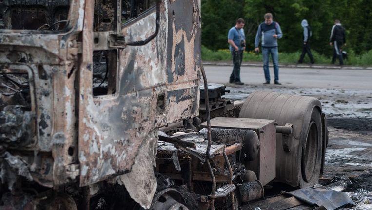Aan uitgebrande truck herinnert aan gevechten in de Oost-Oekraïense stad Slavjansk. Beeld epa