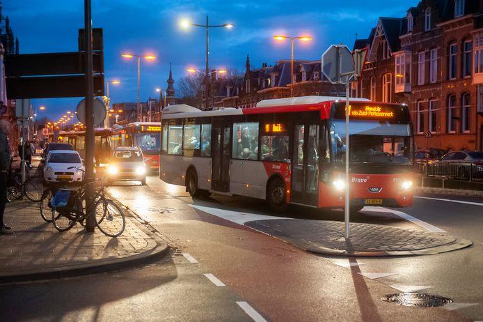 Bussen bij de ovonde op het Julianaplein.