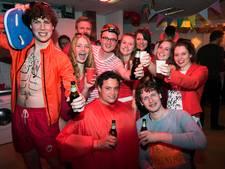 Studenten vieren feest: hoe rooier hoe mooier