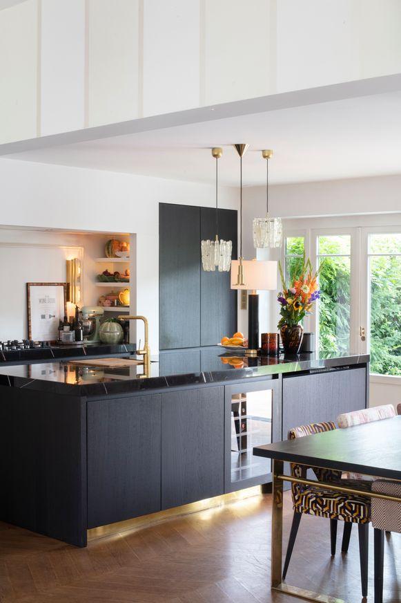 De open keuken met marmeren blad is van Frako.