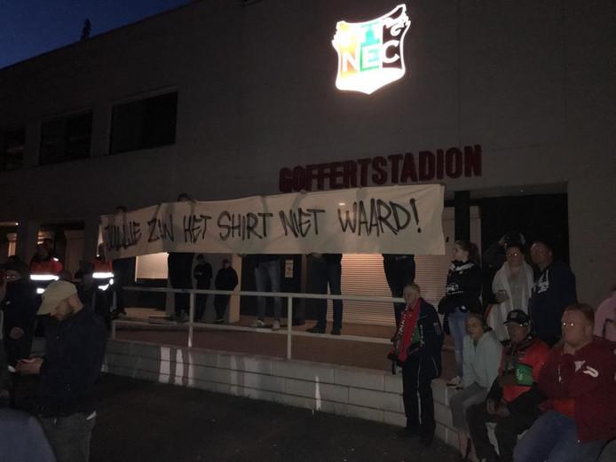 Het spandoek op het stadion.