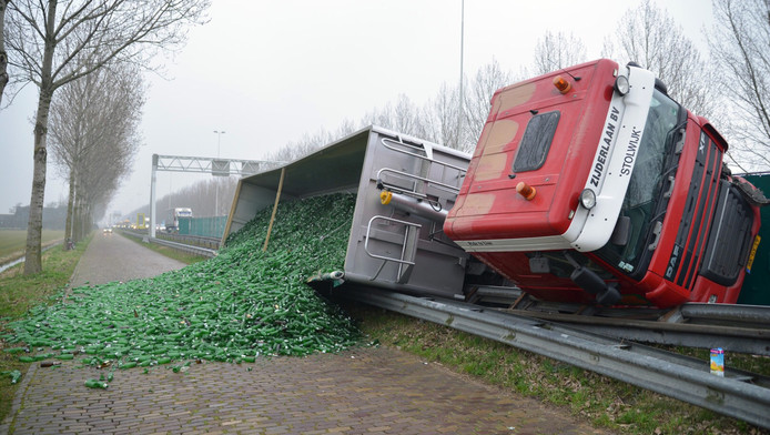 Vrachtwagen kantelt weg vol met lege bierflesjes for Gino krimpen aan den ijssel