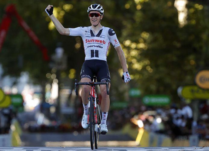Søren Kragh Andersen passeert de meet als winnaar van de veertiende touretappe.