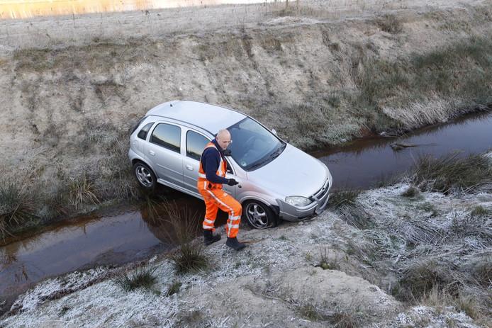 Man rijdt met auto de sloot in naast A67 bij Eindhoven