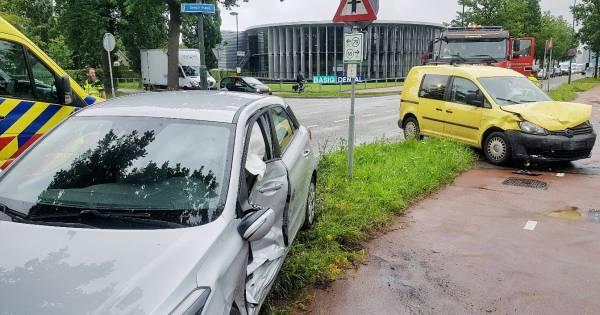 Bestuurder lichtgewond bij ongeluk tussen twee autos op kruising in Oisterwijk.