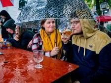 Dringen onder het afdakje bij regenachtig, maar knus Schuim