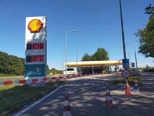 Het afgesloten tankstation langs de A325.