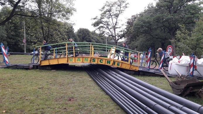 Het bruggetje is nodig vanwege de vele kabels en buizen die nu bij de Stichtse Rotonde liggen.