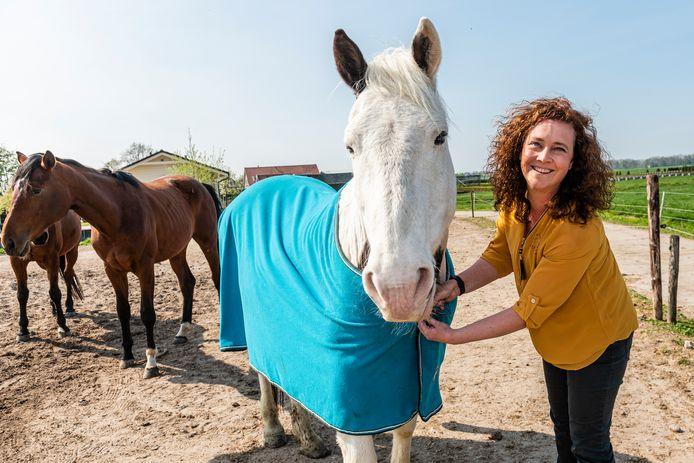 Mirjam van Gool is met een paardendekenwasserij gestart