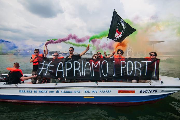Demonstranten ageren tegen het besluit van de Italiaanse regering om de migrantenboot niet toe te laten.