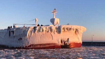 """""""Magisch moment"""": bevroren schip van 304 meter vaart haven binnen"""