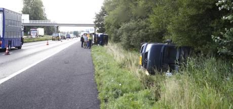 Bestelbus op autoambulance belandt in vangrail langs A28 bij Wezep: file veroorzaakt nóg een ongeluk