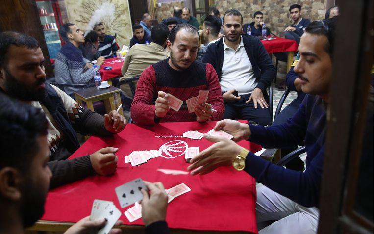 Voorheen konden inwoners van de hoofdstad Amman in een café nog kaarten en roken tegelijk. Beeld Getty