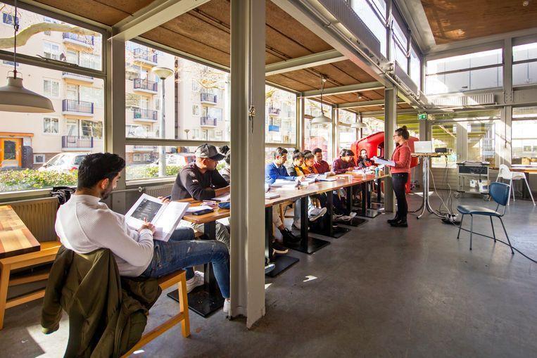 In het restaurant van WOW Amsterdam worden statushouders opgeleid Beeld Sander Groen