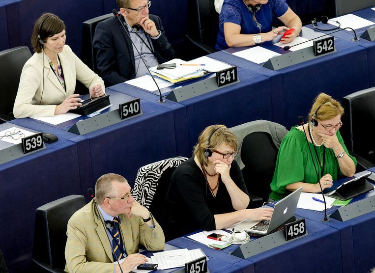 Anja Hazekamp (L boven) van de PvdA en SP-ers Dennis de Jong (457) en Anne-Marie Mineur (458) in de plenaire zaal van het Europees parlement. Beeld anp
